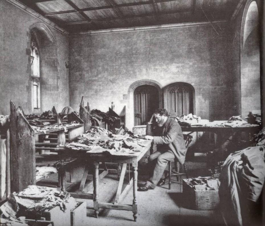 Solomon Schechter étudiant les manuscrits de la guenizah de la synagogue Ben Ezra au Caire