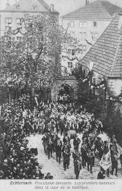 Echternach - Procession dansante dans la cour de la basilique