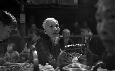 Moka au bar dans les petites rues sombres de Hong-Kong, sous le regard tendre d'un homme triste. Une femme de Thong Sala perd son regard dans la foule (semaine #1)