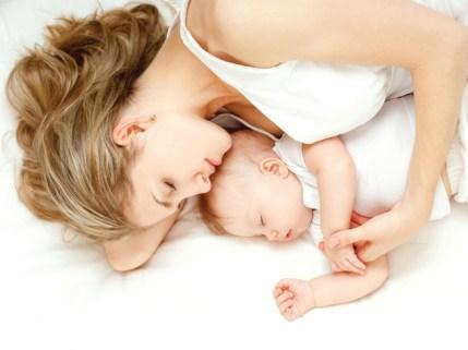 co-sleeping-baby-mom-infant-sleeping