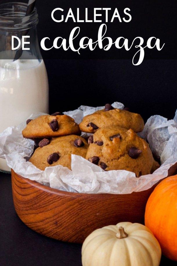 Imagen para Pinterest con texto que dice Galletas de Calabaza con Chispas de Chocolate, las galletas están dentro de un plato de madera. Al fondo se ve un frasco de leche con popote