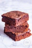 Acercamiento a tres cuadritos de brownies uno sobre otro