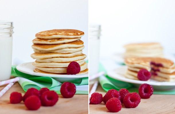 dos imágenes donde se ve un altero de hotcakes de frambuesa y otra donde se ven los hotcakes partidos y frambuesas frescas al frente