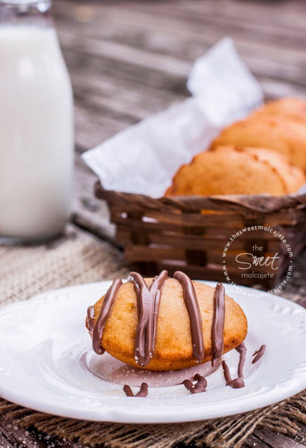 Acercamiento a un plato con una gordita inflada con chocolate derretido encima