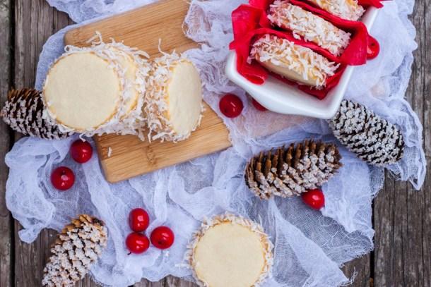 Vista de arriba a una mesa con acentos de Navidad con varios Alfajores rellenos de Dulce de Leche