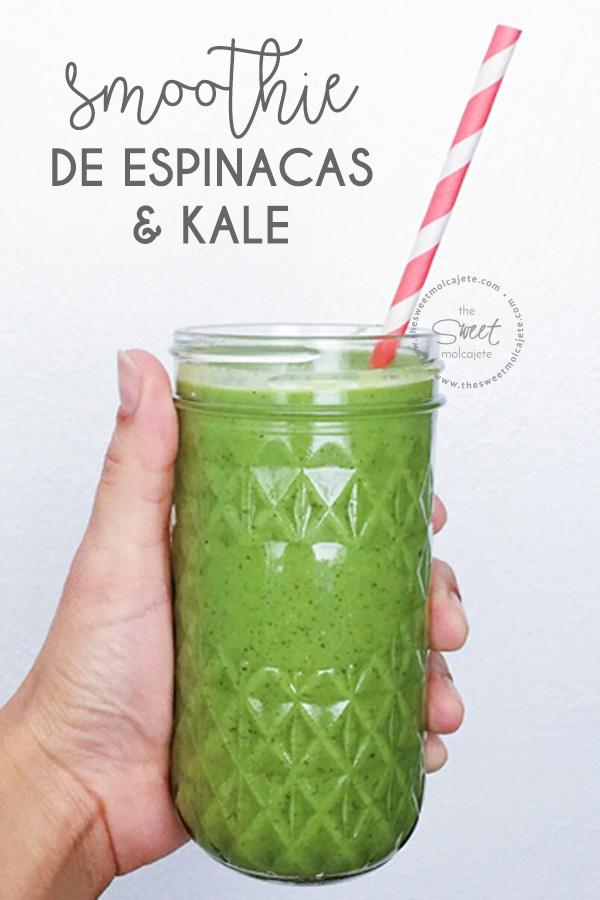 Vaso de cristal con smoothie verde de espinacas y kale y un popote de papel