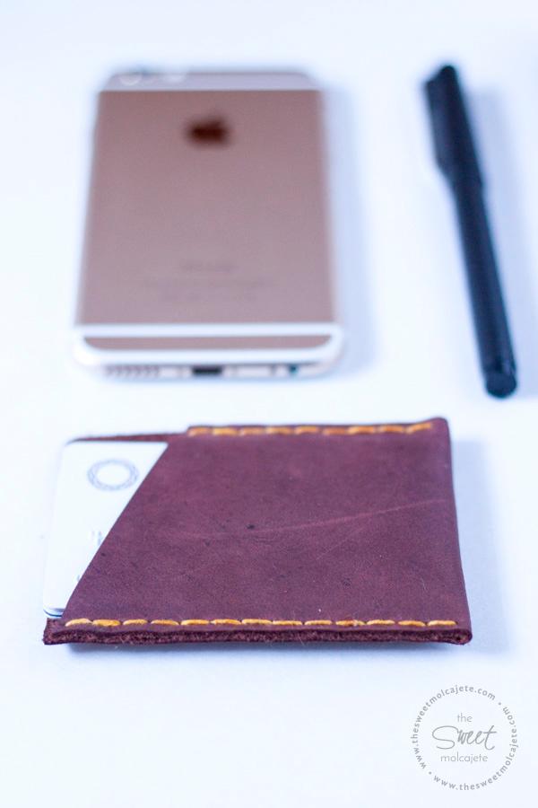 Acercamiento a una cartera de piel en color marrón hecha a mano para regalar el dia del padre