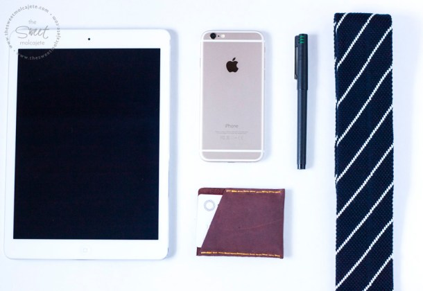Vista de arriba a varios articulos de caballero, ipad, telefono, boligrafo, corbata y una cartera hecha a mano para regalar el dia del padre