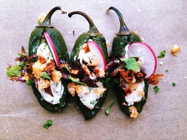 Jalapeños rellenos adornados con rábano, cilantro y salsa para celebrar el Dia del Padre