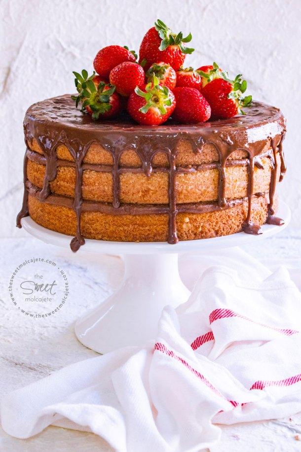 Pastel de mantequilla en tres capas con relleno y cobertura de chocolate y fresas en la superficie para celebrar el Dia del Padre