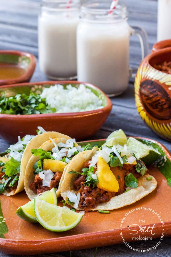 Tacos al Pastor con cilantro, cebolla, piña y unos gajos de limón a un lado. Recetas para el Dia del Padre