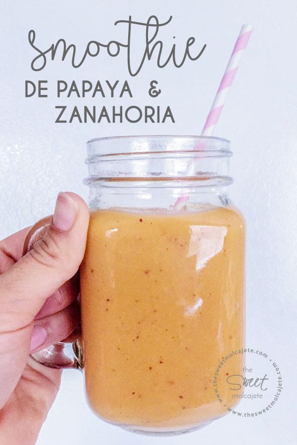 smoothie de papaya y zanahoria en un mason jar con asa y un popote de papel rosa con blanco