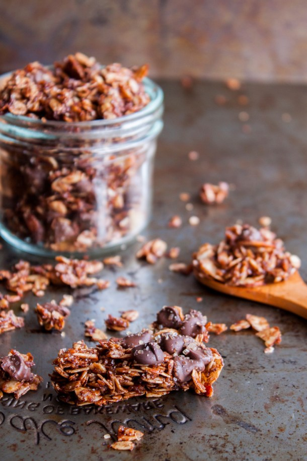 Esta Granola de Chocolate casera es saludable, crujiente, chocolatosa y adictiva. El crunch del azúcar turbinado y la sal de mar le dan el contraste perfecto de sabor y textura.