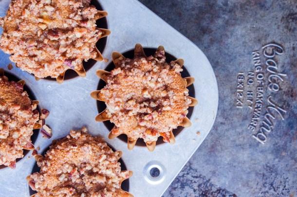 Receta para hacer unos deliciosos, esponjosos y saludables Muffins Integrales de Manzana. El crumble de nuez que llevan arriba los hace aún más ricos y les da un crunch espectacular.