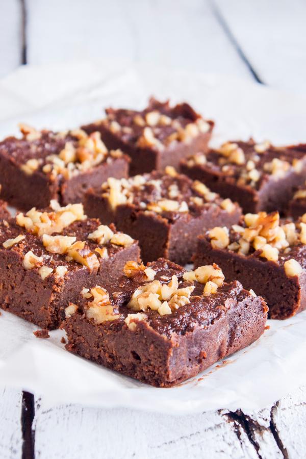 Estos deliciosos Brownies Mexicanos de Pulpa de Almendras son la solución perfecta para aprovechar el bagazo cuando hagas leche de almendras y satisfacer tu antojo de chocolate en el camino.