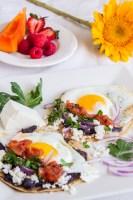 Huevos Rancheros con Salsa Habanera. Acompañados de frijolitos, queso fresco, fruta y un rico vaso de jugo de naranja, seguro te alegras el día y el corazón.