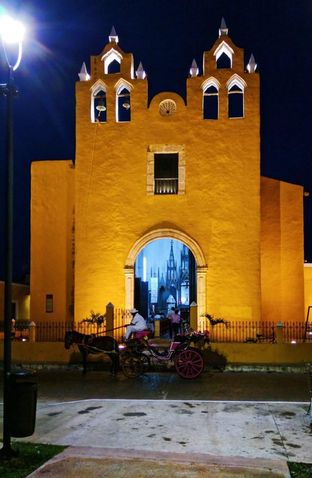 Iglesia de noche, en Izamal, Yucatán