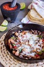 El Alambre Mexicano es un platillo tradicional de trozos de carne, chiles, cebolla y por supuesto, bastante quesito. ¡Está para chuparse los dedos!