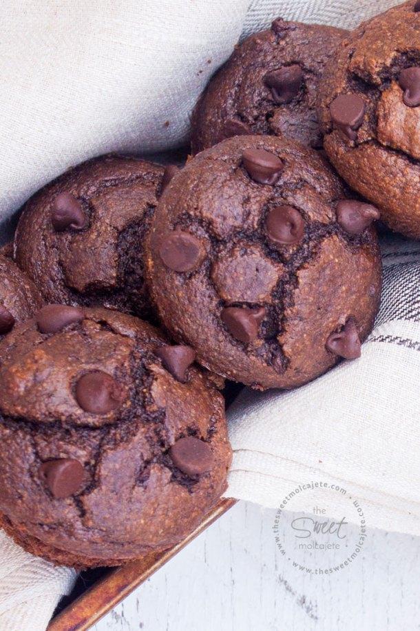 Acercamiento desde arriba a un molde lleno de muffins de chocolate sin gluten