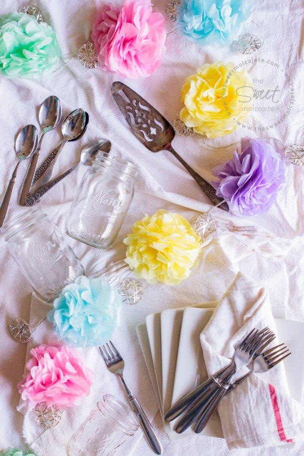 Una guía con tips e ideas para hacer una fiesta zero waste (con menos basura), en la foto se ven mason jars, cubiertos de acero inoxidable, platos de cerámica y servilletas de tela