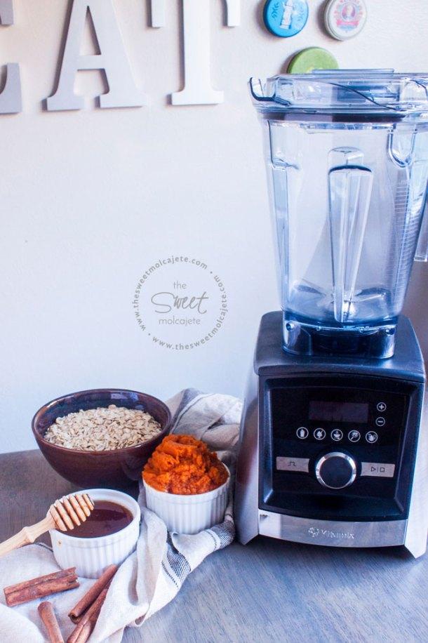 Ingredientes para hacer cupcakes de fantasma junto a una licuadora vitamix