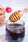 Palita mielera sacando jarabe casero sabor maple de un frasco de cristal
