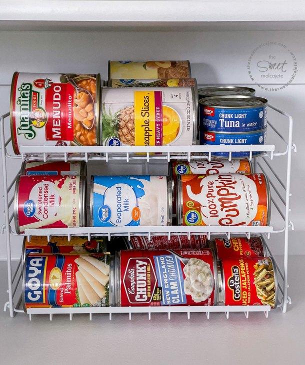 organizador para latas de comida en la repisa de la despensa