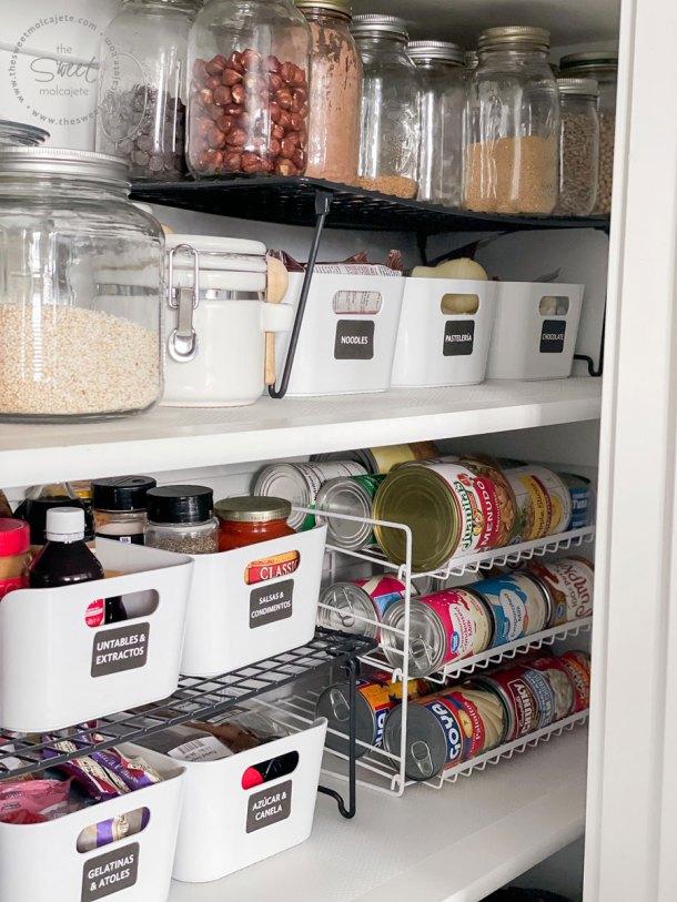 acercamiento dentro de una despensa donde se ven las cajas etiquetadas donde está organizada la comida