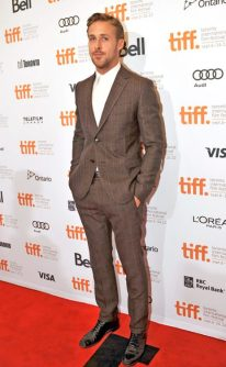Here, Ryan Gosling shows us how to wear a printed brown suit. The rosy stripe adds definition and warmth to the outfit. Photo: Zumapress.com