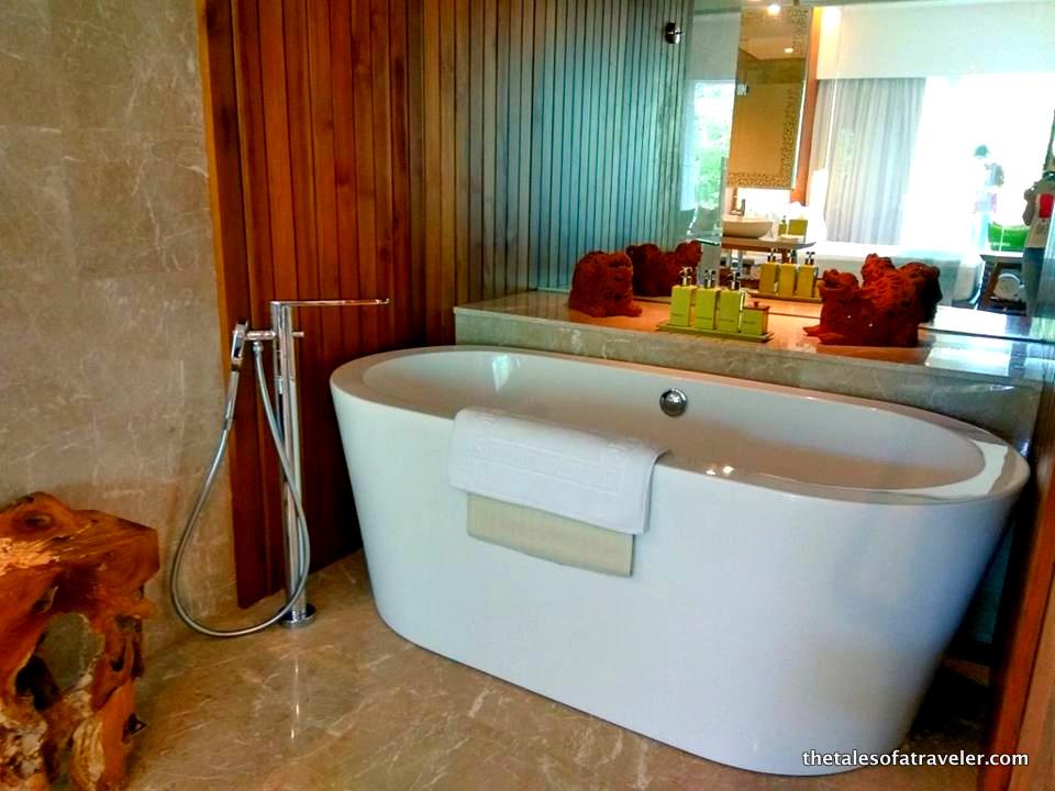 1-maya-sanur-resort-bali-bathroom-001