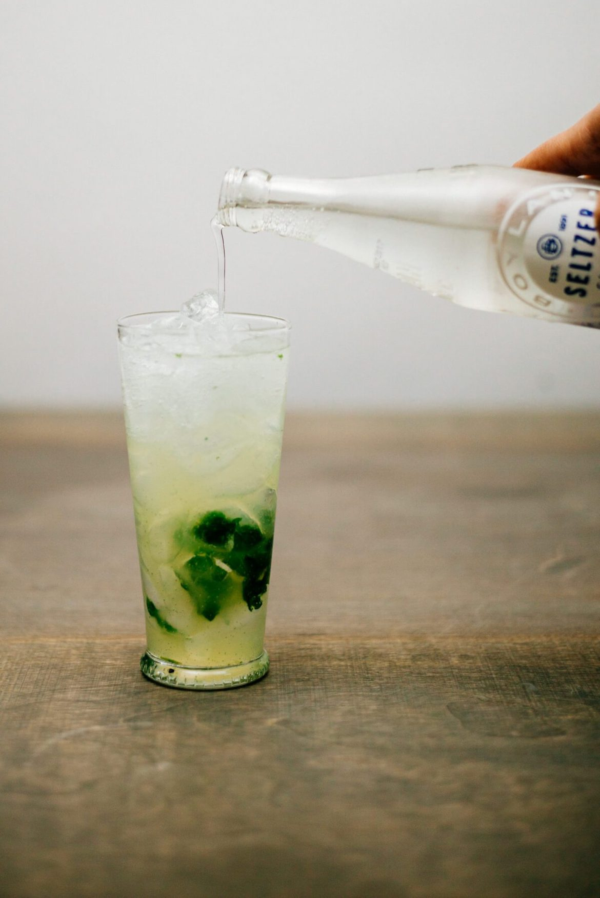 Making a classic mojito with tonic water