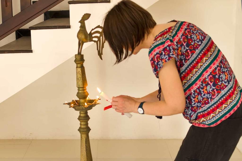 Zapalanie tradycyjnej lampy olejowej