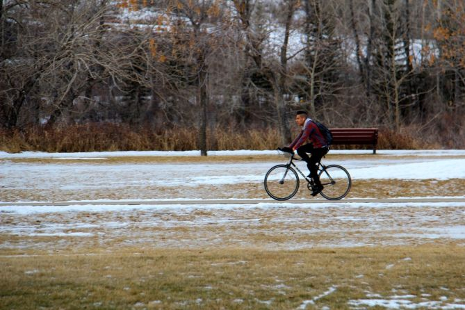 tennistourist-bow-river-pathway-calgary-bicycle-teri-church
