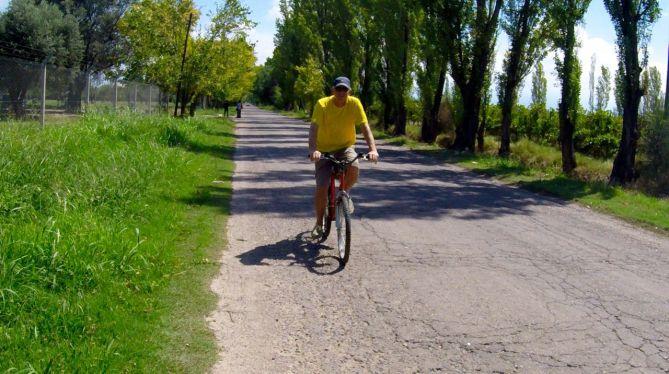 tennis-tourist-mendoza-argentina-vineyard-bill-bicycle-teri-church