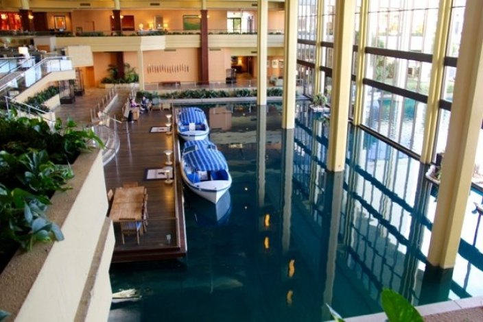 tennis-tourist-jwmarriott-palm-springs-lobby-boats-teri-church