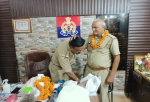 Emotional farewell given to the home guard on retirement, the station in-charge took blessings by touching his feet