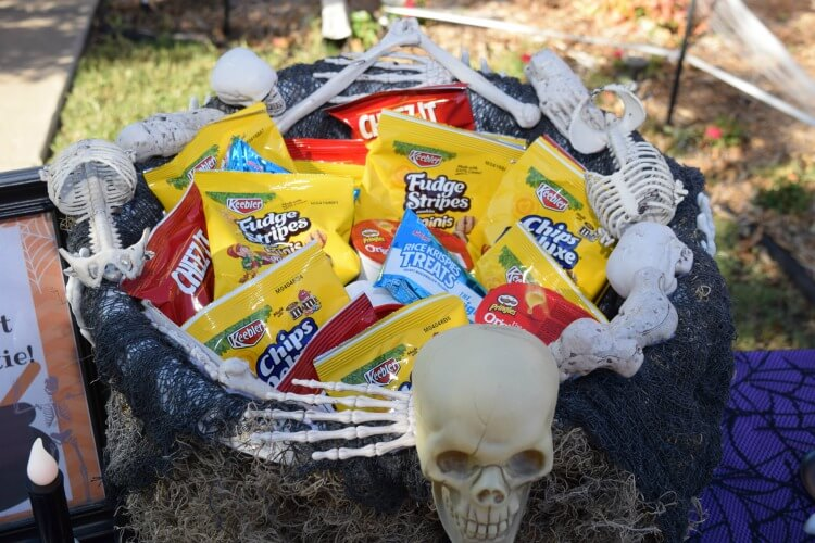 DIY Skeleton Treat Bowl & Self Serve Trick or Treat Station! #SnackItAndPackIt #SeasonalSolutions AD @KelloggsUS