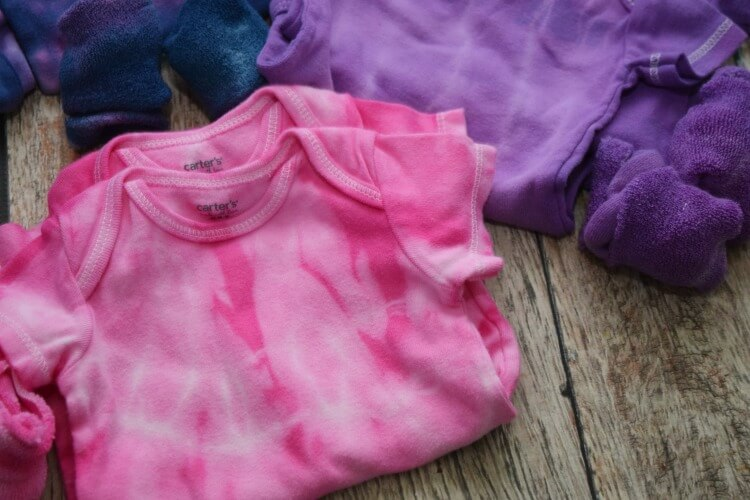 Learn Two No Mess Ways to Tie Dye Baby Bodysuits! It's fun & so easy and they make great gifts!