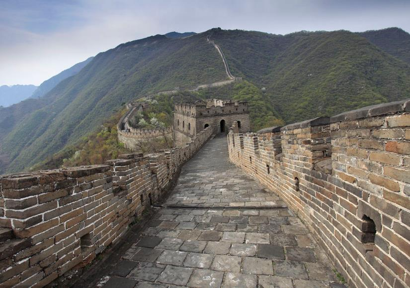 The path and the parapets of the Great Wall