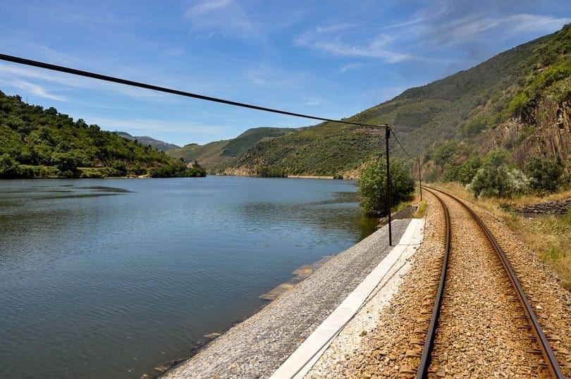 douro-river-valley-train-tracks