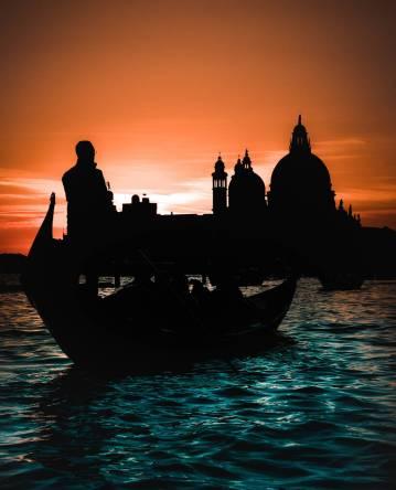Sunset-gondola-ride-in-Venice