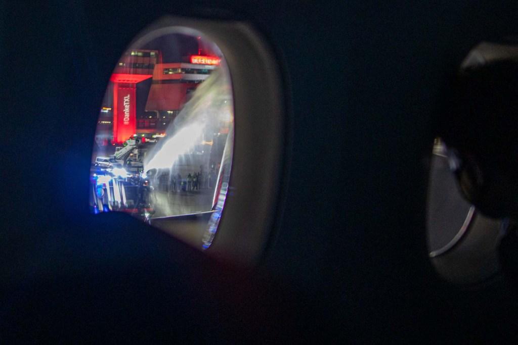 Letzter Lufthansa Flug Berlin Tegel Wasserfontäne