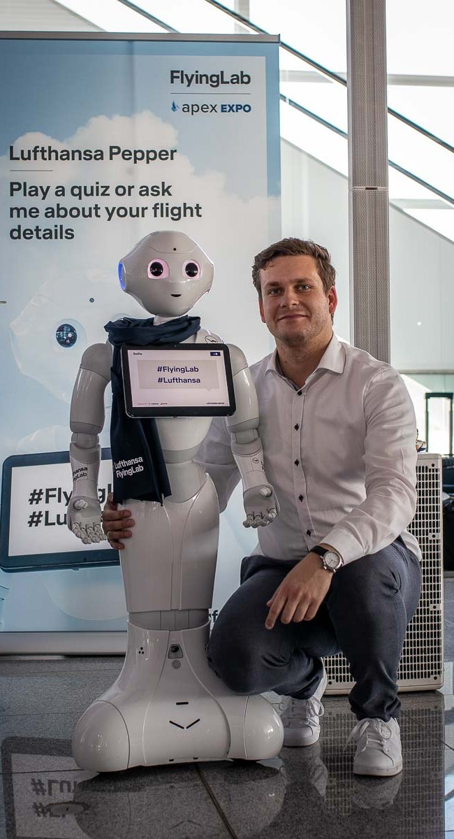 Lufthansa FlyingLab APEX Boston Robert Hutzfeldt Roboter Pepper