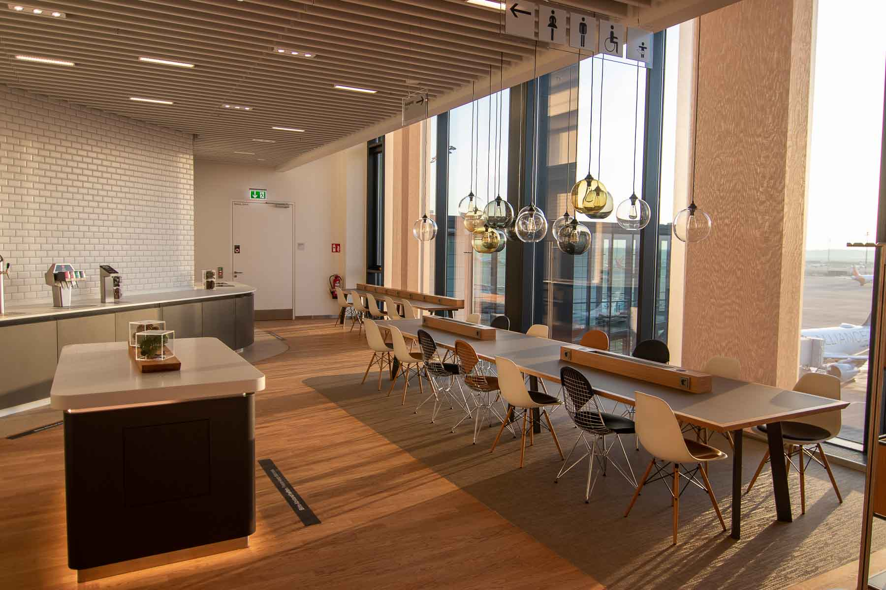 Lufthansa Lounge BER Business Senator Lounge Flughafen Berlin The Travel Happiness Essen und Trinken Vorfeld