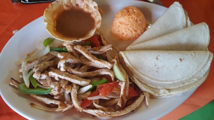 Fajitas de Pollo con Frijoles Refritos y Arroz (Chicken Fajitas with Refried Beans and Rice)