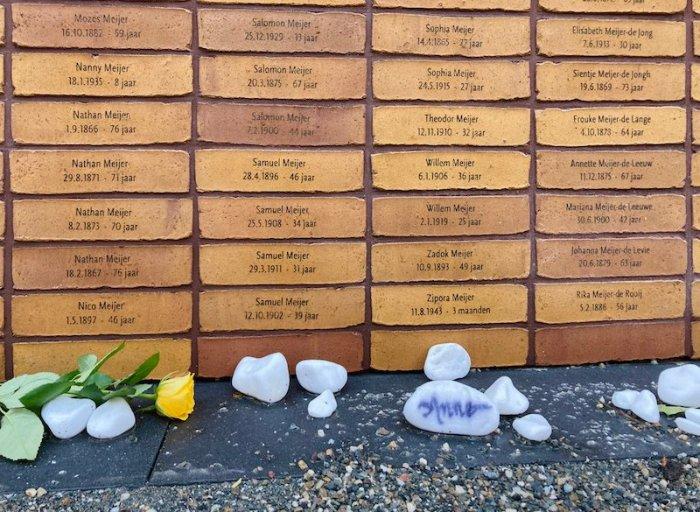 Mattoni con i nomi delle vittime