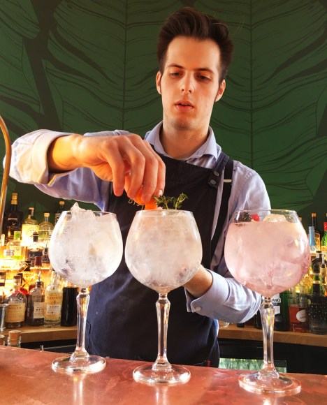 Preparing a Spanish Gin and Tonic, a perfect culture experience