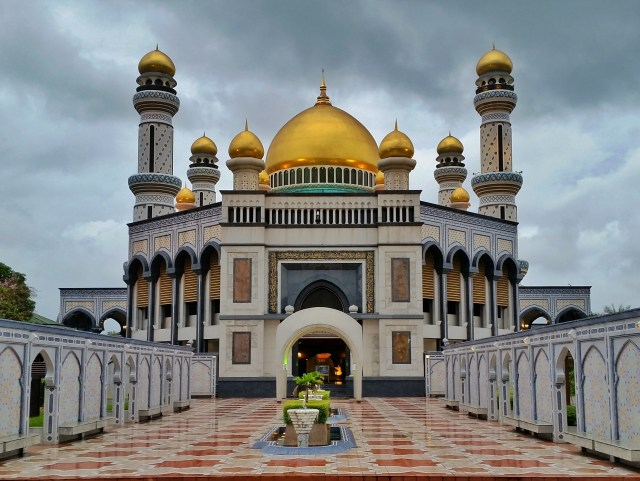 Jame Asri Sultan Hassanal Bolkiah Mosque is one of the top things to do in Bandar Seri Begawan brunei itinerary