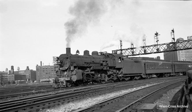 Chicago & North Western loco 505 heads up at train at Kinzie Street. (Robert Selle Photo, Wien-Criss Archive)