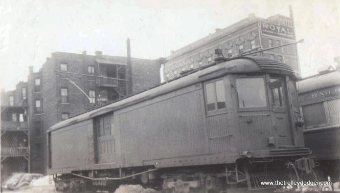 North Shore Line box motor 230 at the Milwaukee Terminal in 1941. By the late 1950s, the apartment building at rear had been torn down.